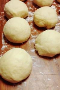 1次発酵後、パンを丸めたところ